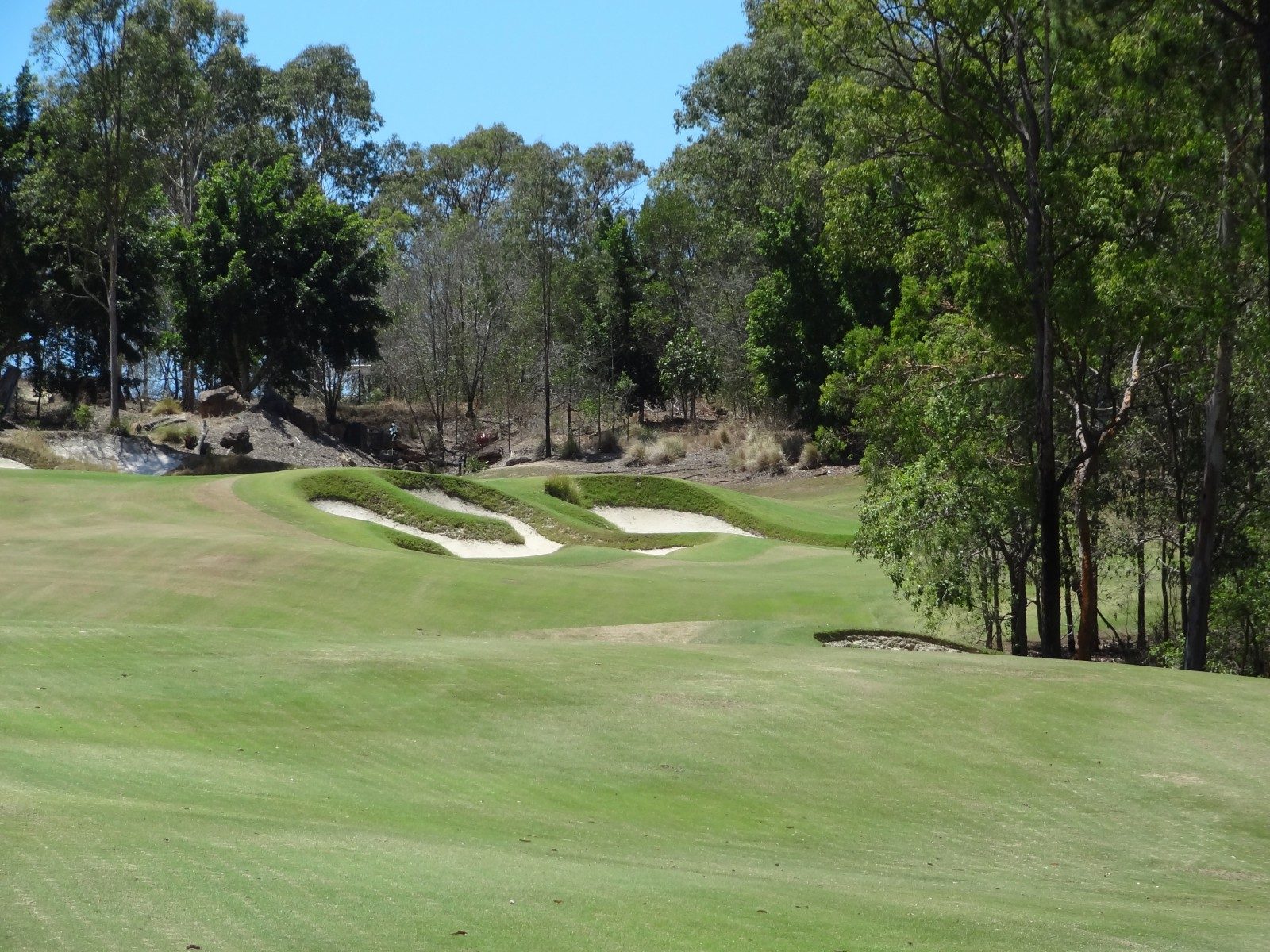 Das gut verteidigte 4. Grün des Brookwater Golf Club