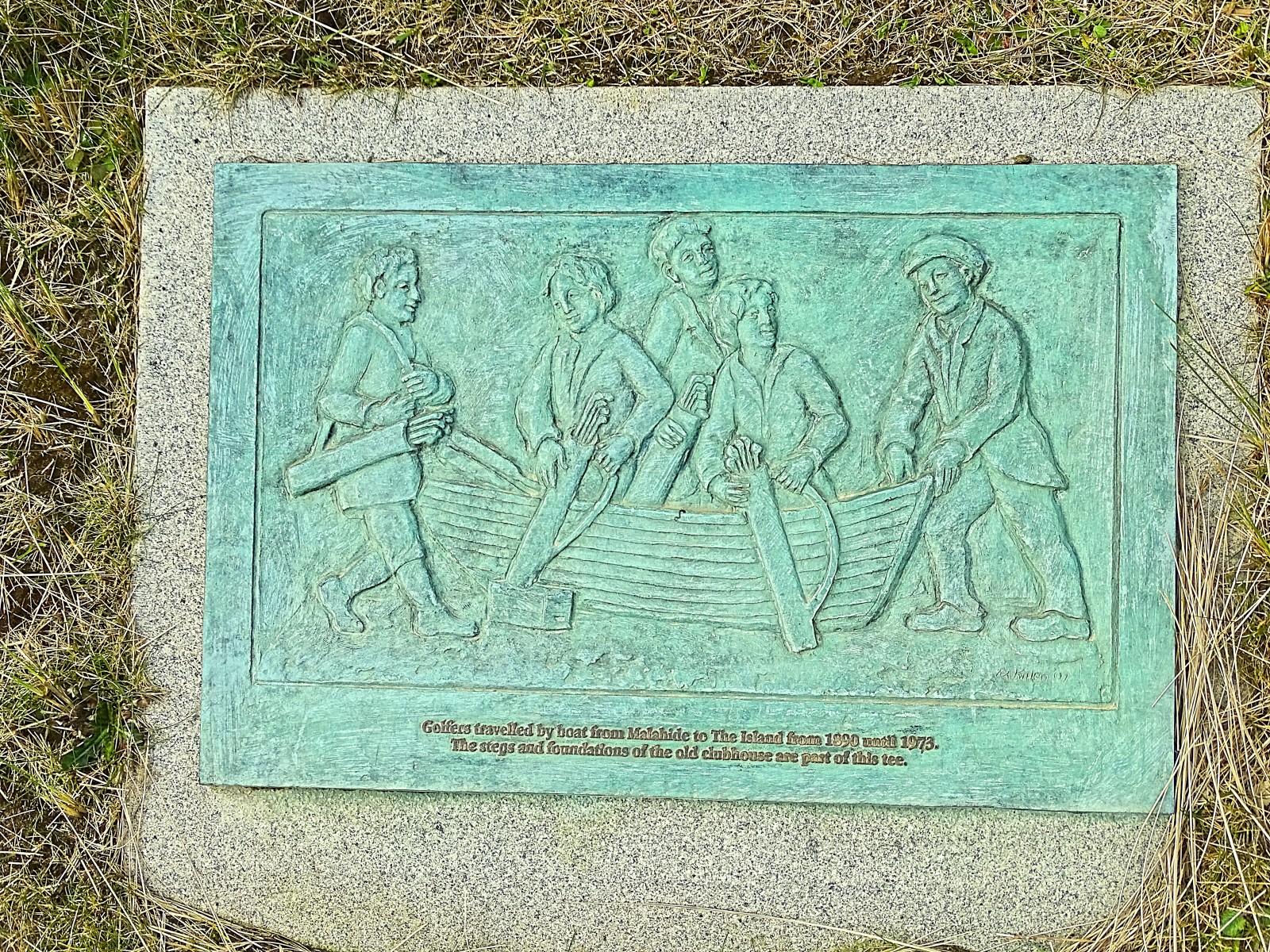 Eine Tafel erinnert an die Ursprünge von The Island Golf Club