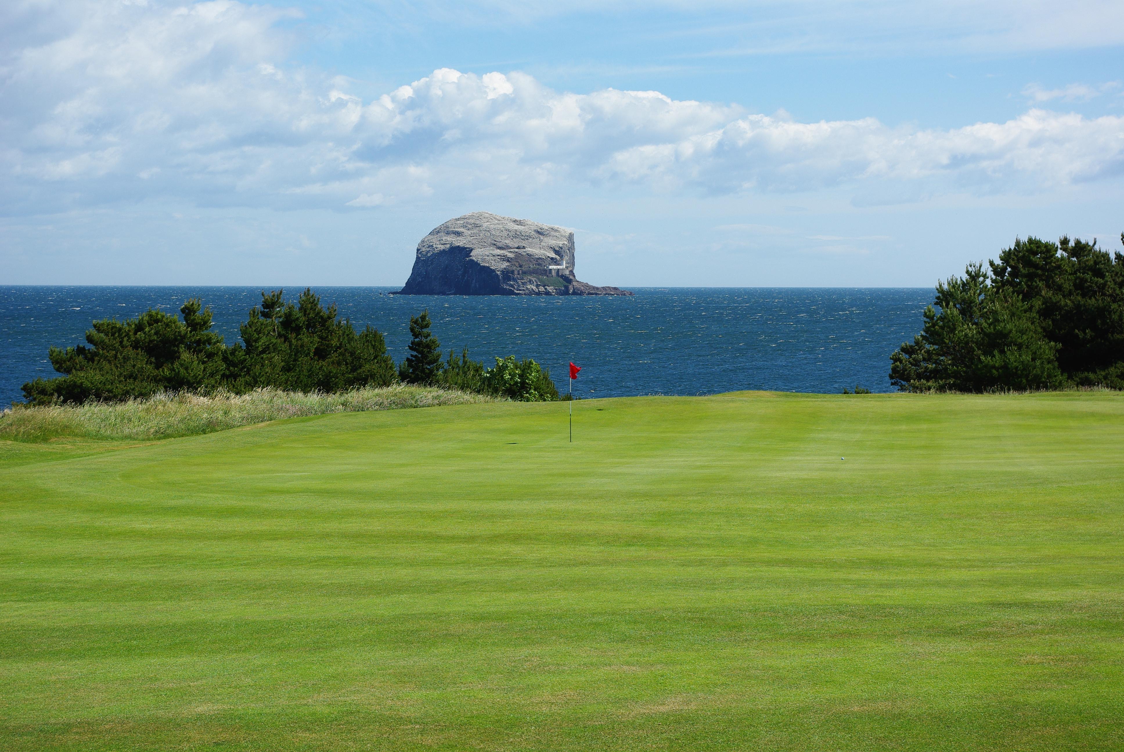 Im Glen Golf Club immer im Blick: der Bass Rock