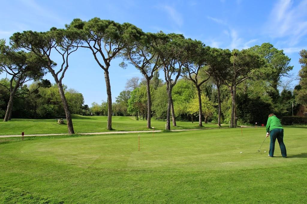 Circolo Golf: Blick vom Clubhaus über das Übungsgrün auf die 18