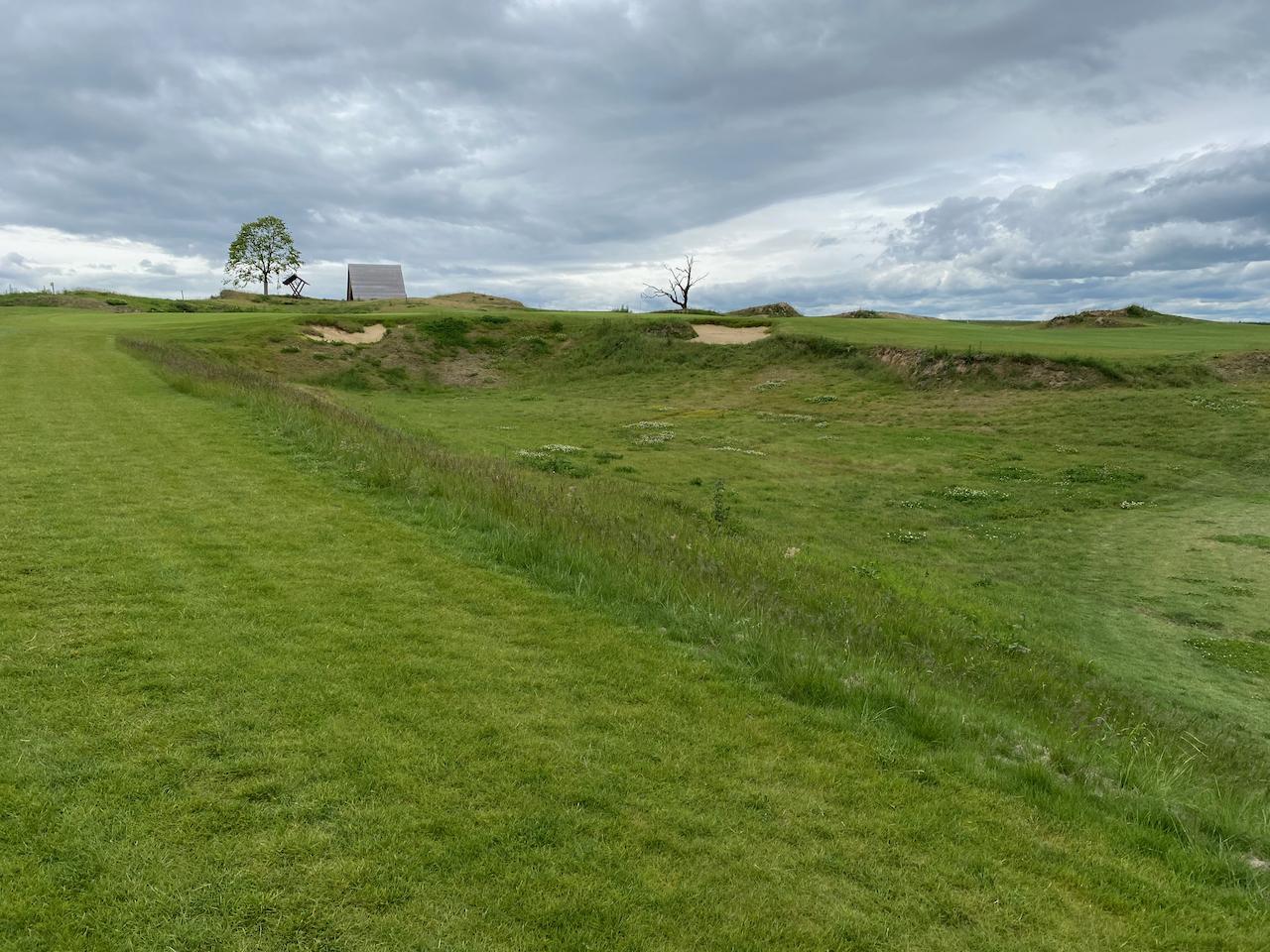 Loch 6. Blick vom Fairway zum Grün.