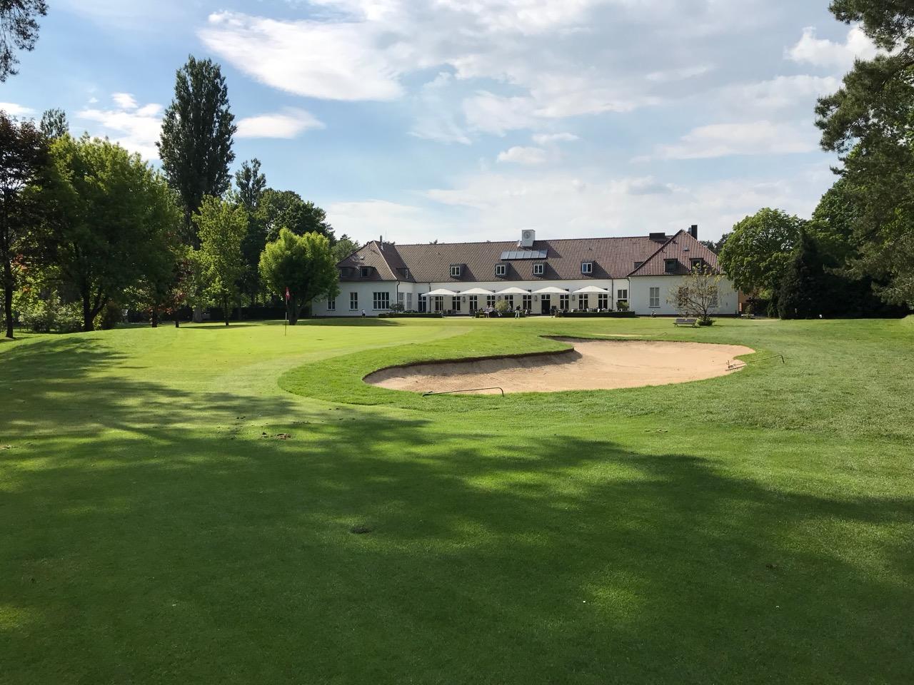 Blick über das Grün der 18 zum Clubhaus