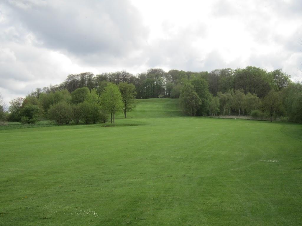 Blick vom Fairway der 7 hoch zum Grün