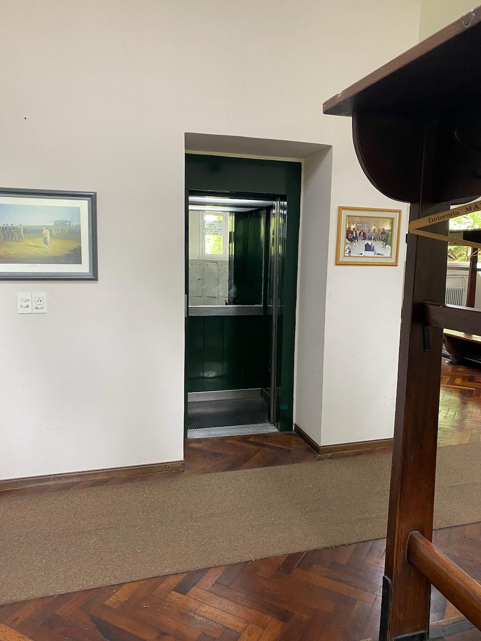 Der Fahrstuhl in der Umkleide