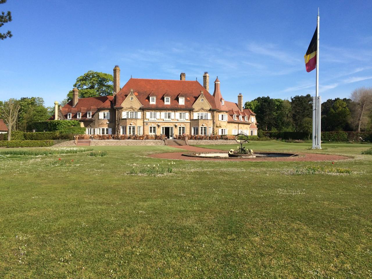 Das hübsche Clubhaus neben Loch 1